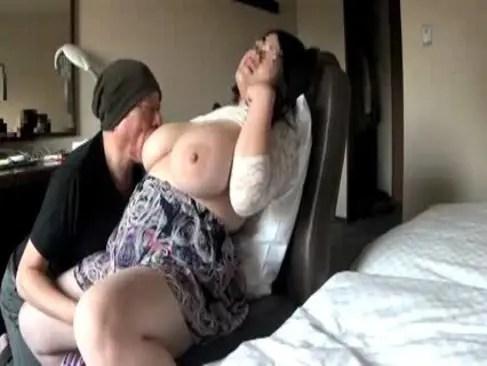 素人のぽっちゃり系爆乳人妻がホテルで不貞ハメ撮りしてるひとずまあだ