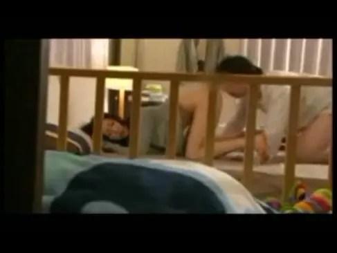 子供を寝かしつけてから旦那と生ハメセックスする三十路美人妻!起こさない様に必死に喘ぎ声を抑えるひとずま動画