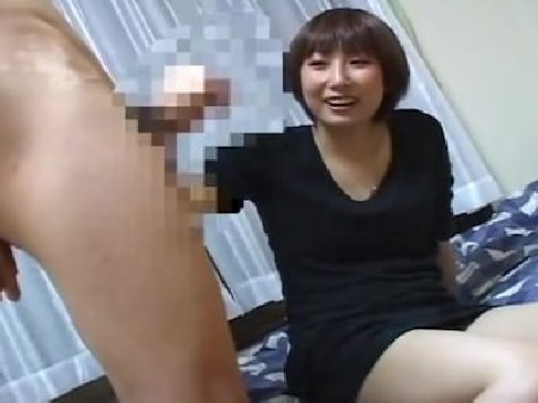 ナンパした素人の長身若妻が可愛い笑顔を見せながらチンポを手コキ!お酒を飲んでほろ酔いになってる人妻は超エロいひとずま動画