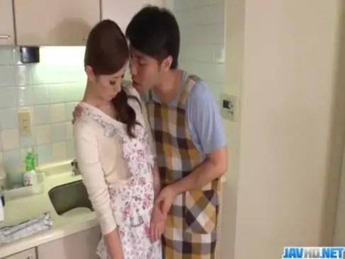 料理教室の先生をしてる美人妻が生徒に弱みを握られてしまう!バラすと脅されてチンポを咥えさせられてるひとずま動画あげ