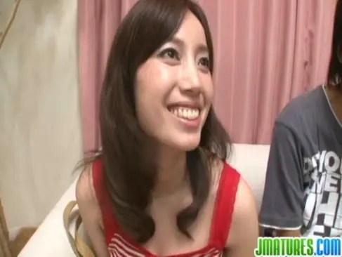 夫のチンポ当てゲームに失敗しておまんこをハメられる笑顔が素敵な美乳美人妻の0938動画