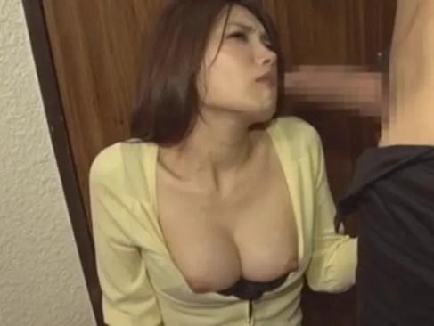 隣人の変態男にオナニーを目撃された妖艶美人妻が巨根を見せつけられて我慢できずに咥える人つま 動画