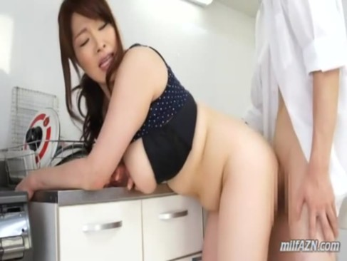 デブ系爆乳熟女妻が隣人を連れ込んで台所で不倫セックス!おまんこを広げておねだりしてるいけない関係動画