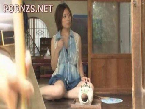 縁側でパンチラしながら隣人を誘惑する田舎の美人妻が抜けるひとずま動画無料投稿