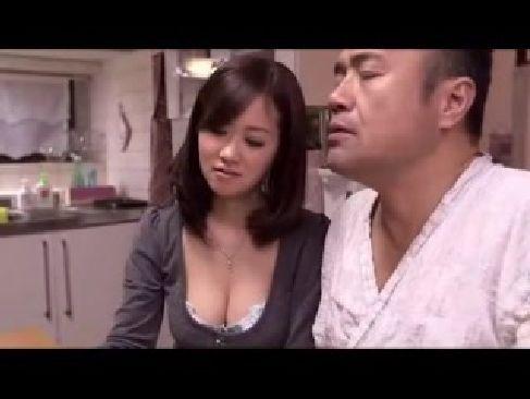 義父のチンポをこっそりと手コキしてる美巨乳美人妻の日活ロマンなひとずま動画fb