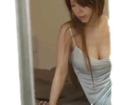 自宅で下着姿のまま業者を招き入れムラムラした男にベランダで回りを気にしながらそのまま受け入れちゃう熟女ひとづま動画