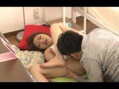 お昼寝中のギャル系美人妻が義弟に悪戯されるひとずま動画