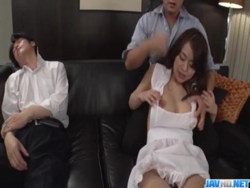 旦那の同僚にレイプされる爆乳若妻!裸エプロンをさせられ寝てる夫の横で好き勝手に身体を弄られるひとずま動画