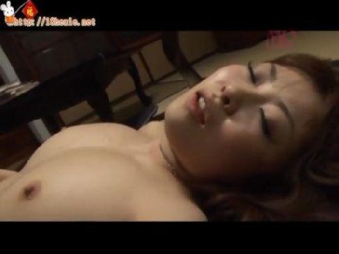 義父との家庭内不倫に嵌っている爆乳人妻が性行為で潮吹きしまくるひとずま動画tokyo