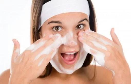 gambar wanita sedang facial wash