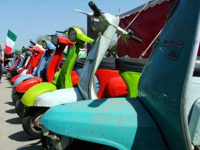 (15 Vespas on the Rood - Freepik)