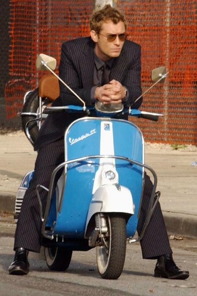 (Jude Law with Vespa - pinterest.fr)