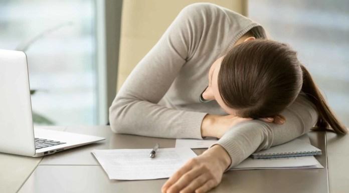 Ilustrasi wanita sedang tertidur di meja