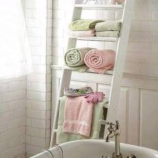 Дървена стълба в старинна баня