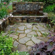Чешма от камъни в градината