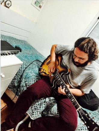 O guitarrista, Marcelo Mayer, seu irmão também contribuiu em várias faixas tanto nas guitarra como nas letras