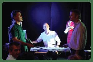 2 mannen strijden tegen elkaar tijdens muziekquiz