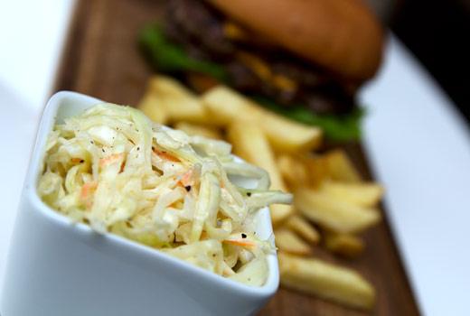 Goda sides, skuren pommes och coleslaw. Bild från hamburgare.org