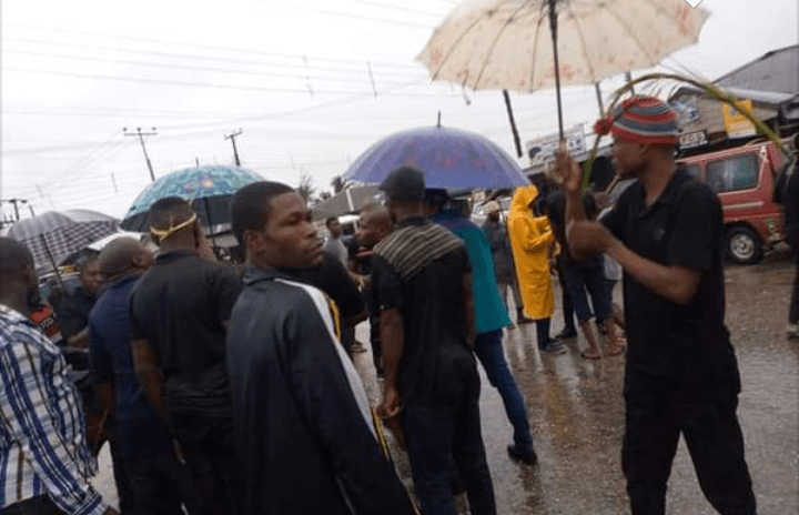 Oyigbo youths protest over poor condition of road, light, hospitals | Hitvibz