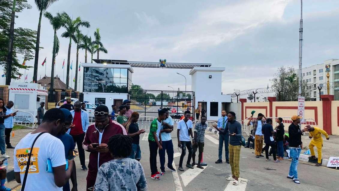 Anita, Esibobbie offer food to Nigerians protesting to End SARS