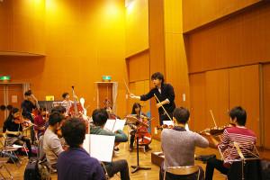 指揮者の野田浩太郎さんは東京医科歯科大学医学部に所属しながら、Orchestra Passione!!(オーケストラ・パッショーネ)の代表兼指揮者として活躍。「新しい、ワクワクするような音楽にチャレンジしたい」と野田さん