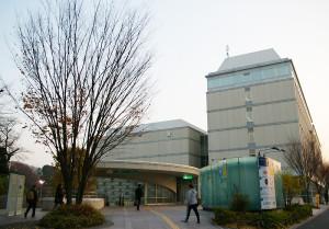 日吉の丘フィルの本拠地・慶應日吉「協生館」は日吉駅すぐ。創立150年記念事業にて2008年8月に完成。「藤原洋記念ホール」は1階359席、2階150席の計509席を構える本格的ホール。アンコールも毎年趣向を凝らしているとのことで、「最後までお楽しみいただけます。ぜひお越しください」と主宰の村松琢麻さん