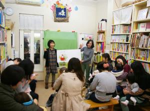 1973年3月に日本で最も古い児童書専門店として設立された「ともだち書店」。毎月第1~3月曜日の午前に、未就園児向きの「くまちゃんのおはなし会」を開催している