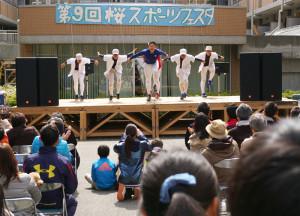 ステージの盛り上がりも最高潮!野球部の意外性を交えた迫力のパフォーマンスには、多くの観客が熱狂していました