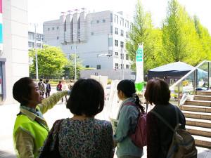 まずは日吉駅前、綱島街道沿いにある花壇「花ポケット」についての説明。最近たばこなどのポイ捨てが多く、ボランティアの担い手により花壇の整備やゴミ拾いが成されていることを説明