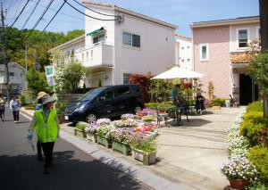 小泉さんのフローラ・メゾンと、グループホームきららの花壇。美しい西欧風の庭、目に鮮やかな花たちの姿に、一行の目も釘付けに