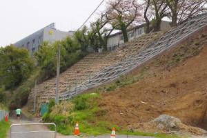 日吉3丁目ではがけ地の崩壊防止へ法(のり)面をコンクリートで固める工事も行われている(後方に見えるのは慶應義塾大学矢上キャンパス)