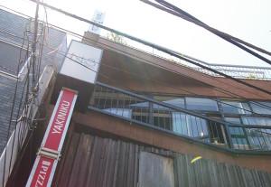 いよいよオープン!ビルの3階にあるナンバースリーカフェを見上げて。窓が空いていて、開放的な風が流れているのかな、と想像しつつ店内へ