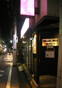 日吉の音楽ファンに親しまれてきた「ワンダーウォール横浜(WWY)」がいよいよ1周年を迎える。日吉駅から徒歩3分程度、浜銀通り「いずみ薬局」下の地下にワンダーウォール横浜はある