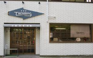 """慶應矢上キャンパス前にある「食楽部たちばな」。日吉駅からは徒歩約10分程度、多くの理工学部の学生にとっての""""馴染み""""の場所となっている"""