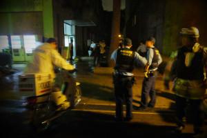 封鎖される前の食堂棟(22時30分)、この後も刑事や鑑識とみられる警察関係者らが到着し建物内へ入っていった