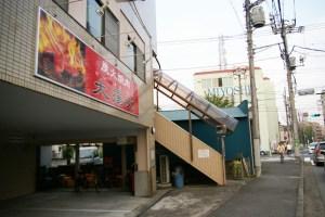 鈴木さんがお気に入りの焼肉店「大揚苑」(綱島東4)は、日吉との境界にある。右手奥の建物は三吉工業株式会社(箕輪2)のビル