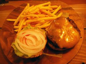 """東京・神楽坂の人気ハンバーガー店「マティーニバーガー」でもシェフとしての修業を積んだ阿部さん。この""""Teriyaki""""(てりやき)バーガー(チェダーチーズトッピングで合計1,200円・税込)の味にも、当時の経験が活きている"""