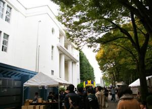 次は塾高の会場へ。受付テントは学校の入口付近にありました