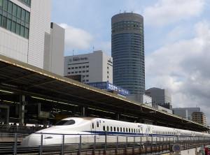 新横浜駅に停車中の新幹線と「新横浜プリンスホテル」「新横浜グレイスホテル」(後方)