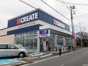 クリエイトSD港北下田町店は10時から22時まで営業、10台分の駐車場もある
