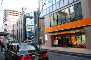 バス通りから見たピアーズカフェ。東横線の列車からも見えるのでしょうか
