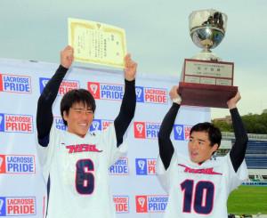 2年ぶりの大学日本一を喜ぶ山田晃平主将(右)と荻野裕貴副将