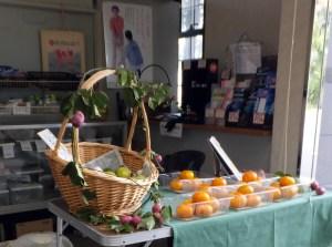 近隣で収穫された果物類も販売されており、桃の販売時は大人気となる。「閉鎖後も販売できる場所はどこかで確保したいと思っています」(池谷さん)