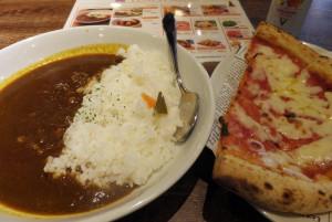 カレー(プレーン600円)やピザ(ハーフ、510円)
