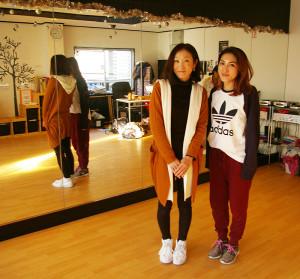 横浜BABY HIPHOP STUDIO(ベビーヒップホップスタジオ)代表のAKIさん(左)と、店長として運営を支えるMAYUさん(右)。2015年に大倉山駅2分とさらに駅から近い場所に移転以降、このスタジオの運営を支えあってきた