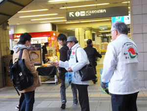 第2部は日吉駅前に移動。東急線地上改札付近のコンコースで防犯キャンペーンを実施。犯罪防止を呼び掛けるティッシュやメモ帳を配布しました
