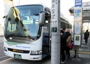 """乗り場は日吉駅東口(慶應大側)の元住吉側にある4番乗り場、「日51系統コンフォール南日吉」行のバスが発車する場所を使っています。なお、""""1番バス""""の乗客は年齢層が低く見える女性3人、日吉から乗車したのは筆者を含めて4人でした"""