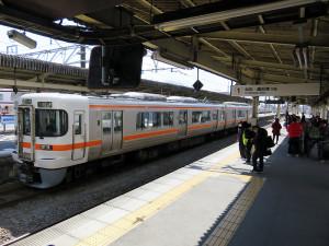 なお、JR御殿場線で帰宅する場合、横浜駅までの運賃は1490円。スイカやパスモなどのICカードは使えないので、券売機で切符を買う必要があります。なお、東海道本線の乗り換え駅である「国府津(こうづ)」へは1時間に1本程度しか列車がないので要注意