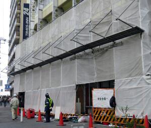 31日のオープンへ向けて工事が進む「セブンイレブン横浜大綱橋店」、左手に見える看板は「ローソン綱島東一丁目店」