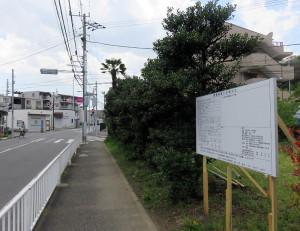 計画地(右)は主要道に面している。左奥が新交番の建設予定地と「まいばすけっと日吉5丁目店」
